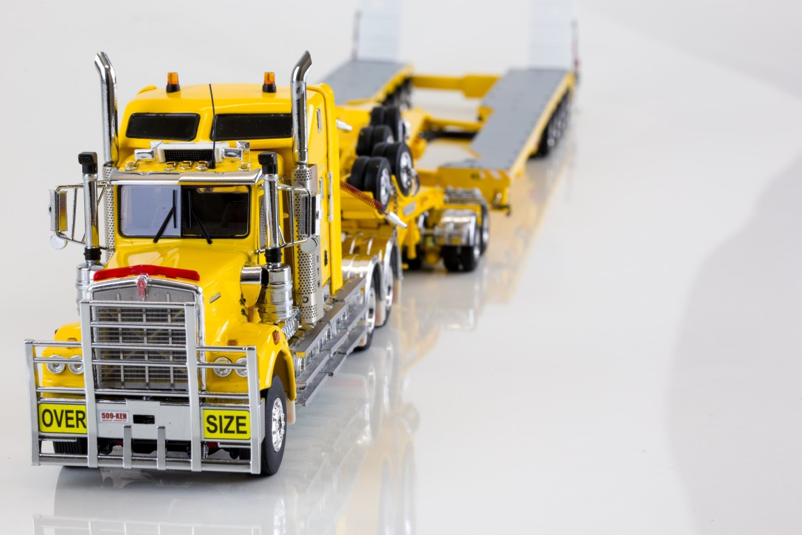 Drake - Kenworth C509 com Drake 2x8 Dolly e 5x8 Swingwing Trailer Chrome Yellow.
